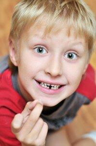 Удаление молочных зубов не вызывает особых трудностей
